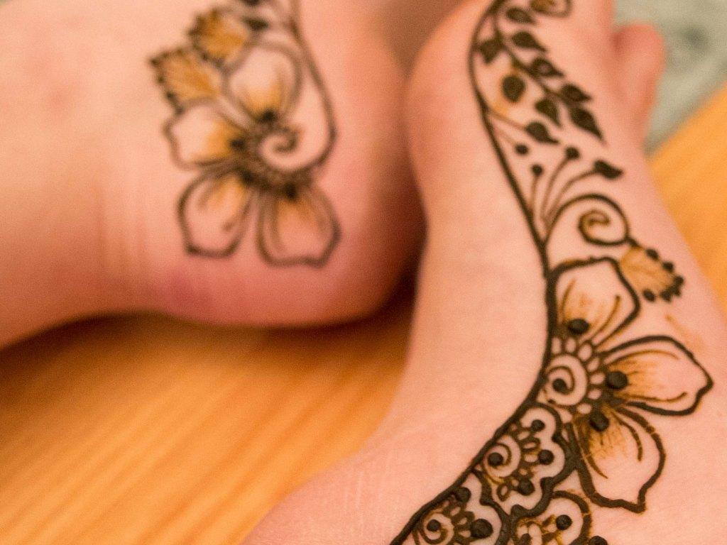 Henna jalkojen sisäsyrjällä